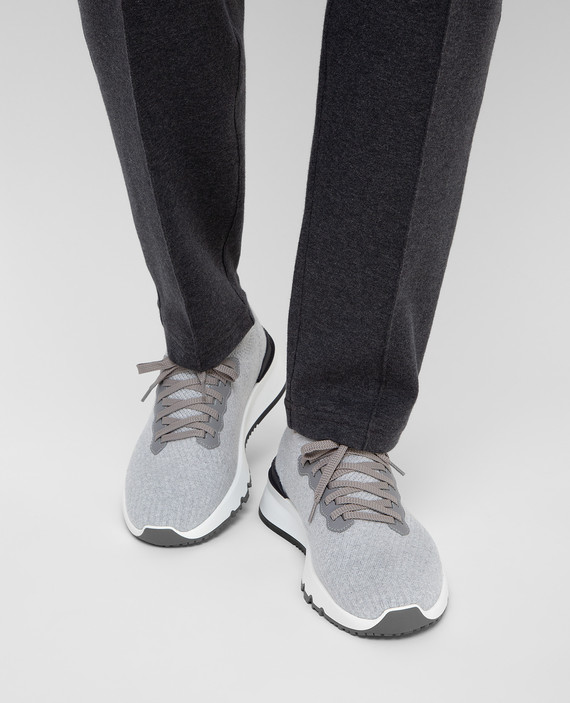 Серые кроссовки hover