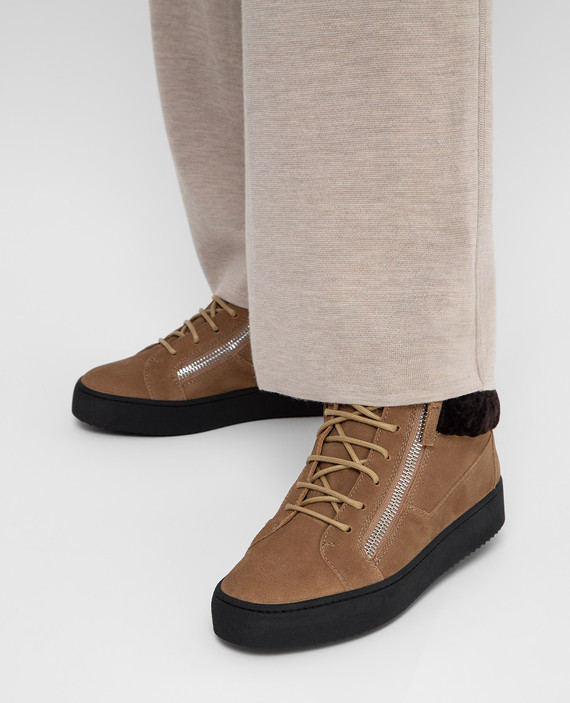 Бежевые замшевые ботинки hover
