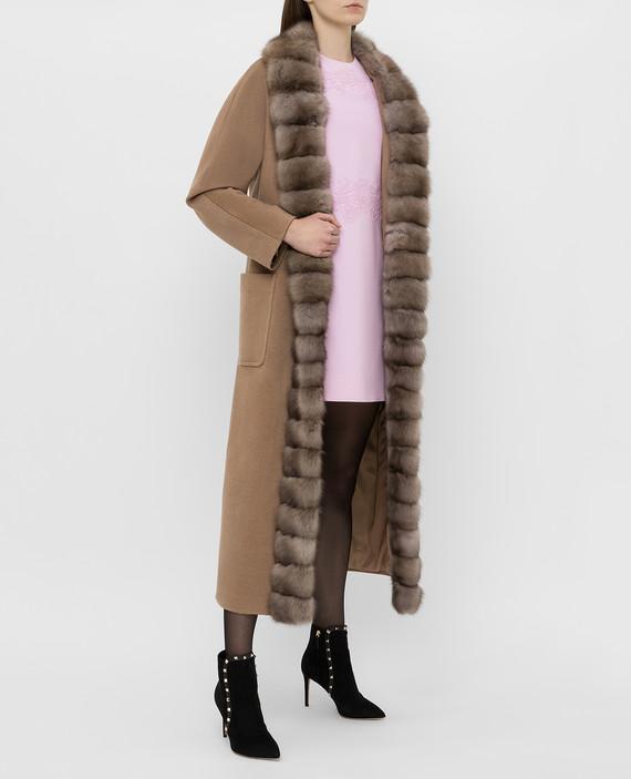 Бежевое пальто из кашемира с мехом соболя hover