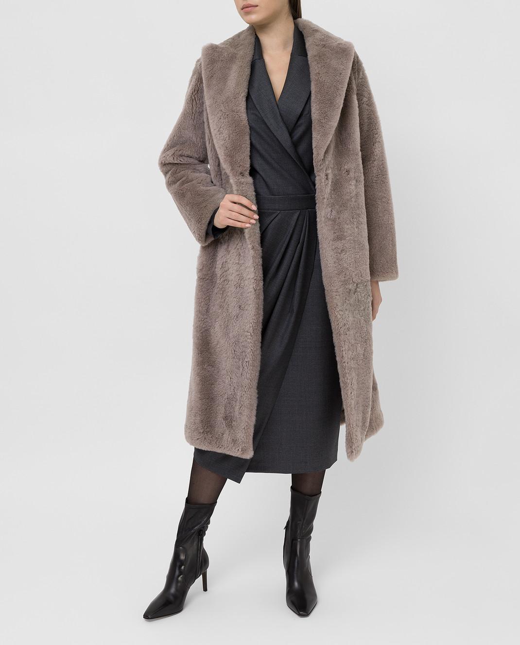 Brunello Cucinelli Бежевое меховое пальто изображение 2