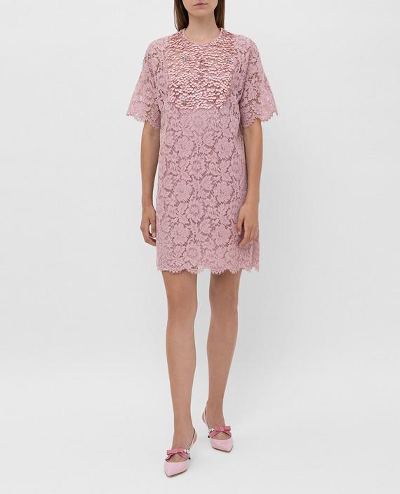 Розовое платье из кружева hover
