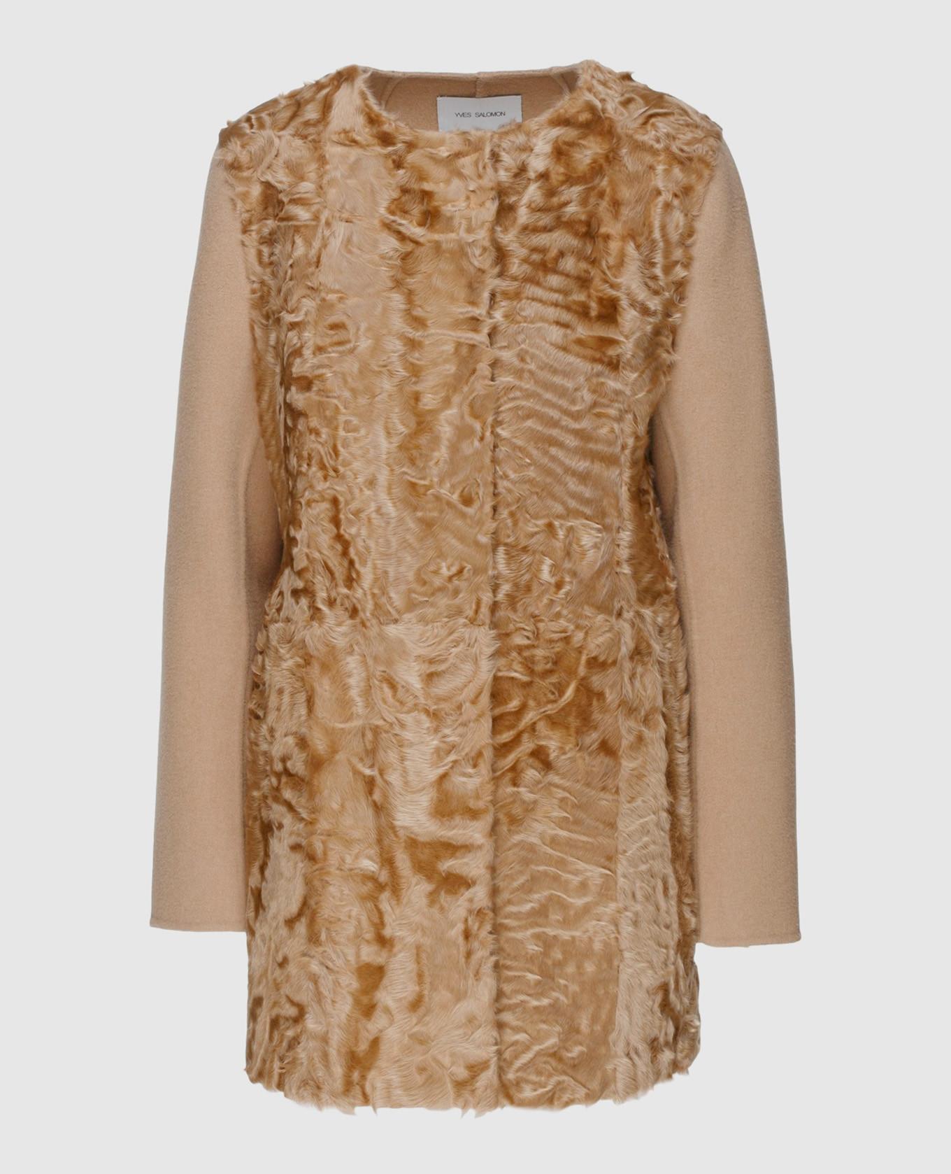 Бежевое пальто из шерсти с деталями из меха ягненка