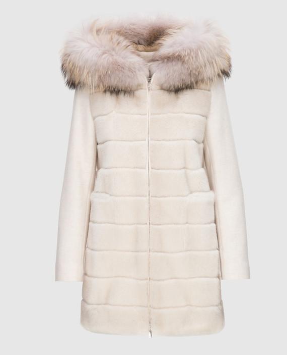 Светло-бежевое пальто с мехом енота
