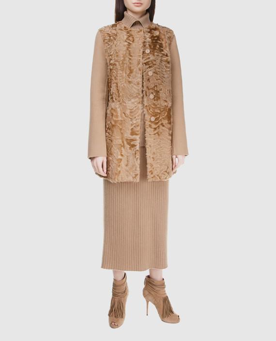 Бежевое пальто из шерсти с деталями из меха ягненка hover