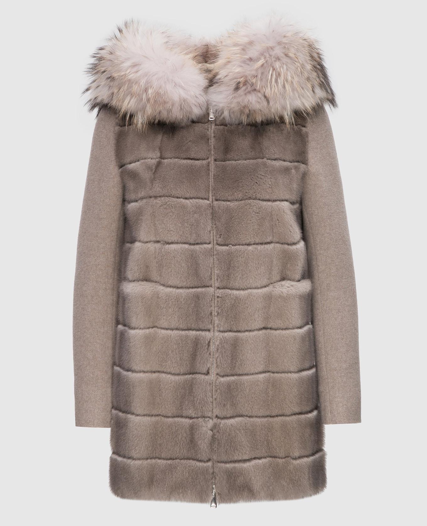 Бежевое пальто с мехом енота