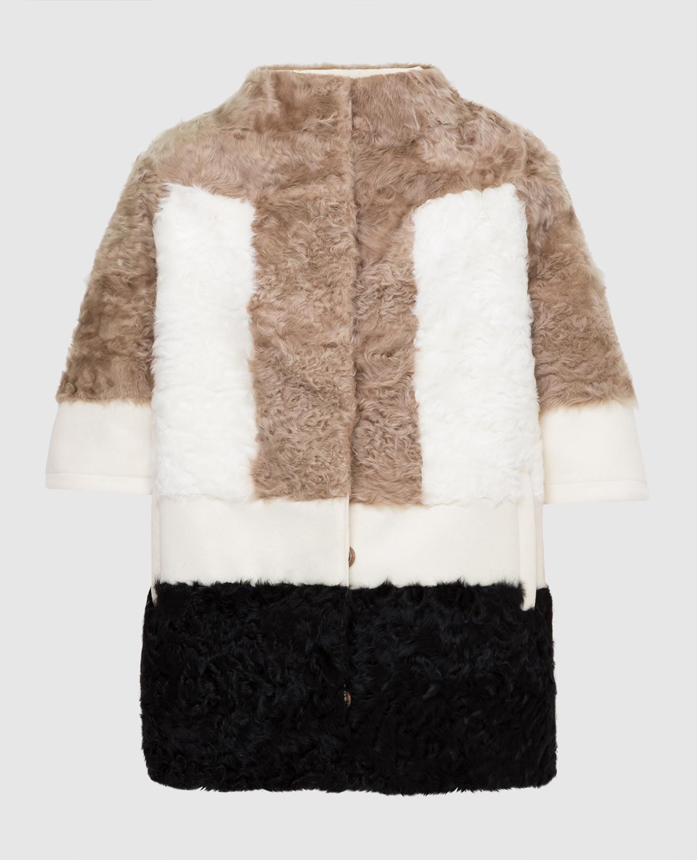 Бежевое пальто с мехом ягненка