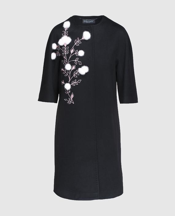 Черное пальто с меховыми деталями
